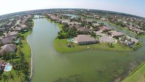 Huizen in de voorsteden in de luchtmening van Florida stock footage
