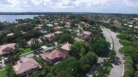Huizen in de voorsteden van hierboven stock footage