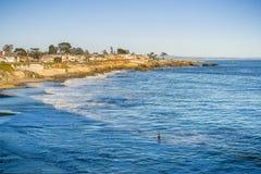 Huizen dicht bij de geërodeerde Vreedzame Oceaankustlijn, Santa Cruz, Californië royalty-vrije stock foto