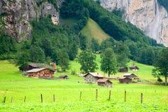 Huizen dicht bij een Steile Rotsachtige Berg royalty-vrije stock afbeelding
