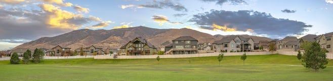 Huizen die berg en een gemodelleerd gazon overzien stock foto