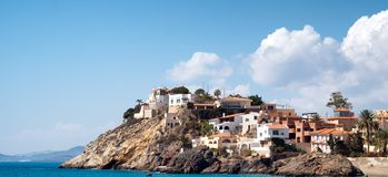 Huizen die het overzees op een Spaanse landtong overzien royalty-vrije stock foto's