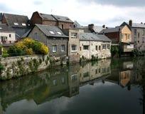Huizen die in het water worden weerspiegeld, Royalty-vrije Stock Afbeelding