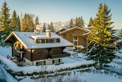 Huizen die met sneeuw worden behandeld stock afbeeldingen