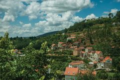 Huizen die op het heuvelige landschap met terrasvormige gebieden uitgaan stock foto