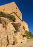 Huizen die op rotsen bij de citadel in Corsica worden gebouwd Stock Foto's