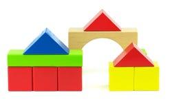 Huizen die van stuk speelgoed houten blokken worden gemaakt Stock Afbeeldingen
