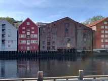 Huizen door de rivier royalty-vrije stock afbeelding