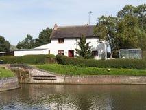 Huizen door kanaal Royalty-vrije Stock Afbeeldingen