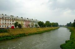Huizen door rivier Stock Foto's