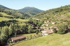 Huizen in een dorp stock afbeeldingen