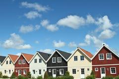 Huizen in een dorp in Denemarken stock foto's