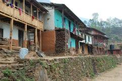 Huizen in een klein dorp op een berg in Nepal stock afbeeldingen