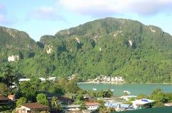 Huizen en bergen in Thailand stock foto's