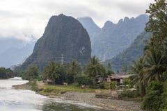 Huizen en bergen in vang vieng, Laos Royalty-vrije Stock Afbeelding
