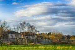 Huizen en bomen in dorp in de vroege lente Royalty-vrije Stock Afbeelding