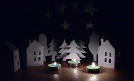 Huizen en bomen naast de kaarsen Stock Afbeeldingen