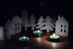 Huizen en bomen naast de kaarsen Stock Foto's