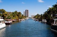 Huizen en boten op een kanaal Royalty-vrije Stock Afbeeldingen