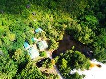 Huizen en een meer in Anse Lazio stock foto's
