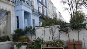 Huizen en een tuin met struiken en bloemen stock footage
