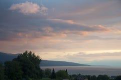 Huizen en Groen naast Meer Genève bij Zonsondergang Royalty-vrije Stock Fotografie