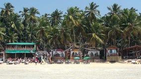 Huizen en hutten op het strand stock footage