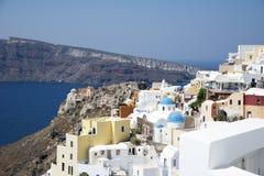 Huizen en kerken in Oia, Santorini Stock Foto