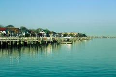 Huizen en meertrossen voor boten op de kust gestemd Royalty-vrije Stock Fotografie