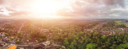 Huizen en rijstterrassen van met een hommel in Ubud, Bali, Indonesië hierboven worden gezien dat stock foto