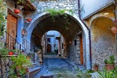 Huizen en stegen in een kleine gezellig ouderwetse Italiaan dorp royalty-vrije stock afbeelding