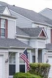 Huizen en van de V.S. vlag Stock Afbeeldingen