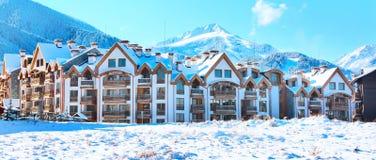 Huizen en van sneeuwbergen panorama in Bulgaarse skitoevlucht Bansko Royalty-vrije Stock Foto's