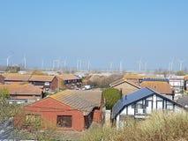 Huizen en Windmolens in Platteland Stock Foto's