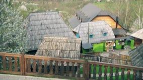 Huizen in het centrum van het dorp stock footage