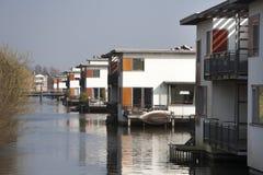 Huizen ingebouwd water in stille buurt Stock Afbeelding