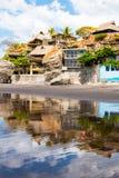 Huizen ingebouwde rots in Playa Gr Tunco, El Salvador Royalty-vrije Stock Fotografie