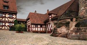 Huizen in Keizerkasteel Nuremberg in Duitsland, met uitstekende ins Stock Foto