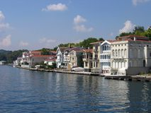 Huizen langs de Bosporus Turkije Stock Foto's