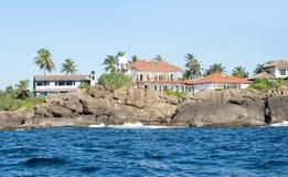 Huizen langs de kustlijn in Unawatuna, Sri Lanka Stock Afbeelding