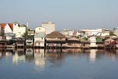 Huizen langs het kanaal - PakPanang Stock Foto