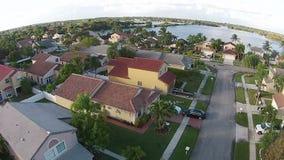 Huizen luchtmening in de voorsteden stock footage
