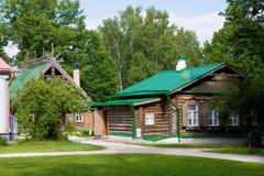 Huizen met gesneden houten ornament in museum-Reserve Abramtsevo stock afbeeldingen