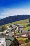 Huizen met groene daken in de berg Stock Afbeelding