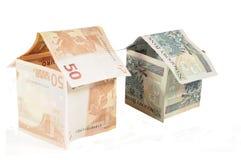 Huizen met het geld van de euro en pln Stock Fotografie