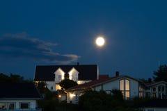 Huizen met maan Stock Foto's