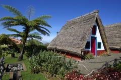 Huizen met met stro bedekte daken Stock Afbeeldingen