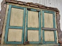 In huizen met oude vensters kan het voor achtergrond worden geadviseerd stock foto