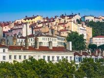 Huizen met rode daken die zich op de helling in Frankrijk bevinden royalty-vrije stock foto's