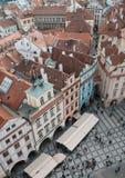Huizen met rode daken in Oud de Stadsvierkant van Praag in Tsjechisch Rep Stock Afbeeldingen